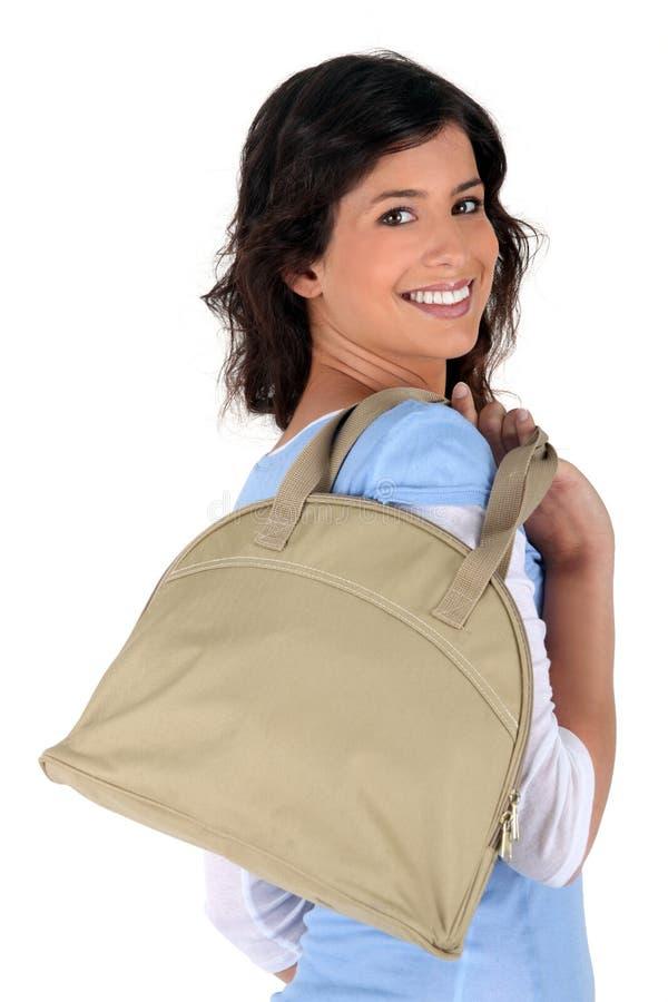 Il Brunette tutto sorride con la borsa fotografie stock libere da diritti