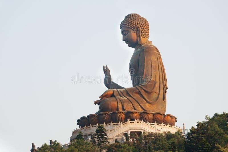 Il Buddha gigante che emette luce al sole fotografie stock libere da diritti