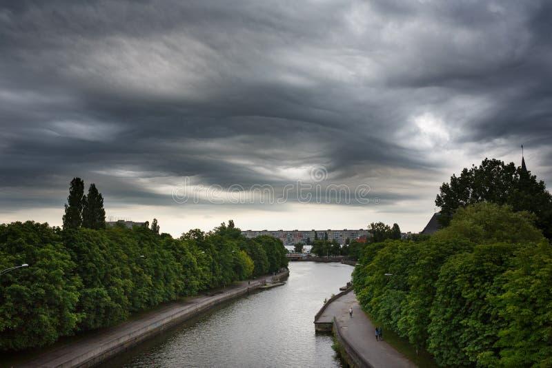 Il buio si appanna il asperatus sopra Kaliningrad immagini stock