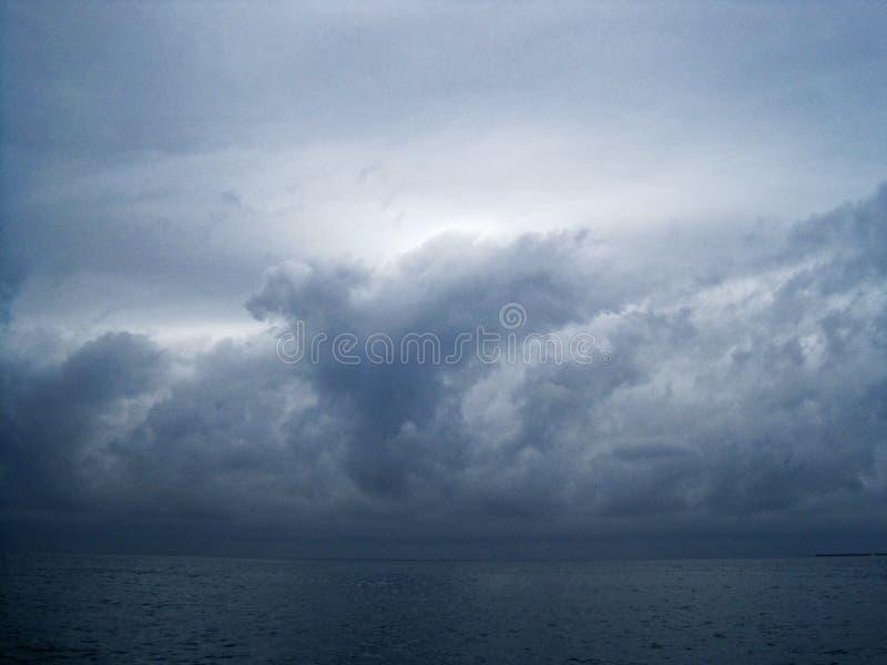IL BUIO SI RANNUVOLA UN OCEANO SCURO fotografie stock