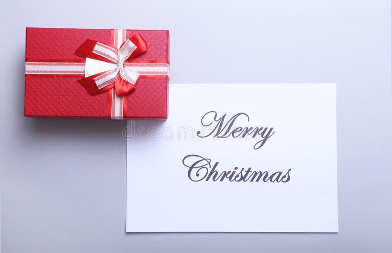 Il Buon Natale manda un sms a con i contenitori di regalo su fondo di legno bianco, vista superiore fotografie stock libere da diritti