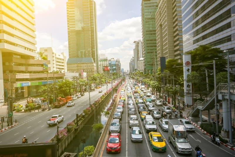 il bus ed i motocicli provano a muoversi in un ingorgo stradale nel distretto aziendale di Bangkok La capitale della Tailandia è  immagini stock