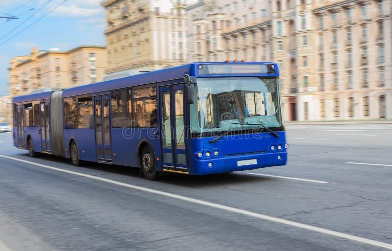 Il bus va lungo la via Movimento vago fotografia stock libera da diritti