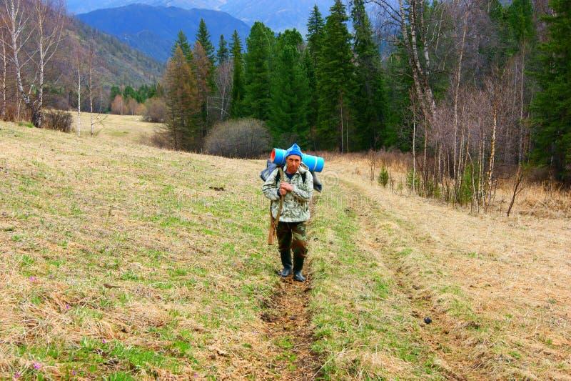 Download Il Cacciatore Aumenta In Montagne Immagine Stock - Immagine di ecologia, people: 30832113