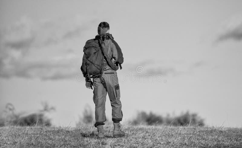 Il cacciatore dell'uomo porta il fondo del cielo blu del fucile L'esperienza e la pratica presta la caccia di successo Hobby di c fotografia stock libera da diritti