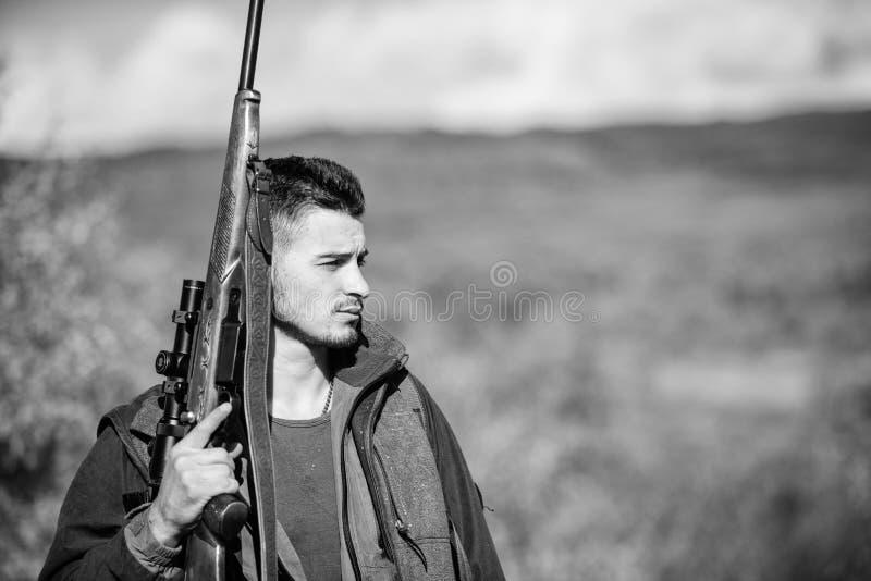 Il cacciatore dell'uomo porta il fondo della natura del fucile L'esperienza e la pratica presta la caccia di successo Ambiente de fotografie stock libere da diritti