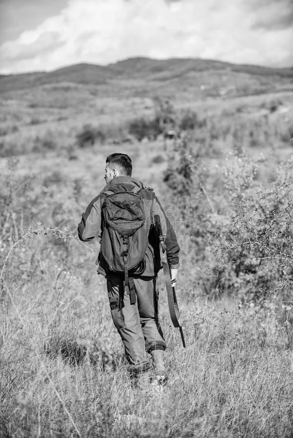 Il cacciatore dell'uomo porta il fondo della natura del fucile L'esperienza e la pratica presta la caccia di successo Stagione di immagini stock libere da diritti
