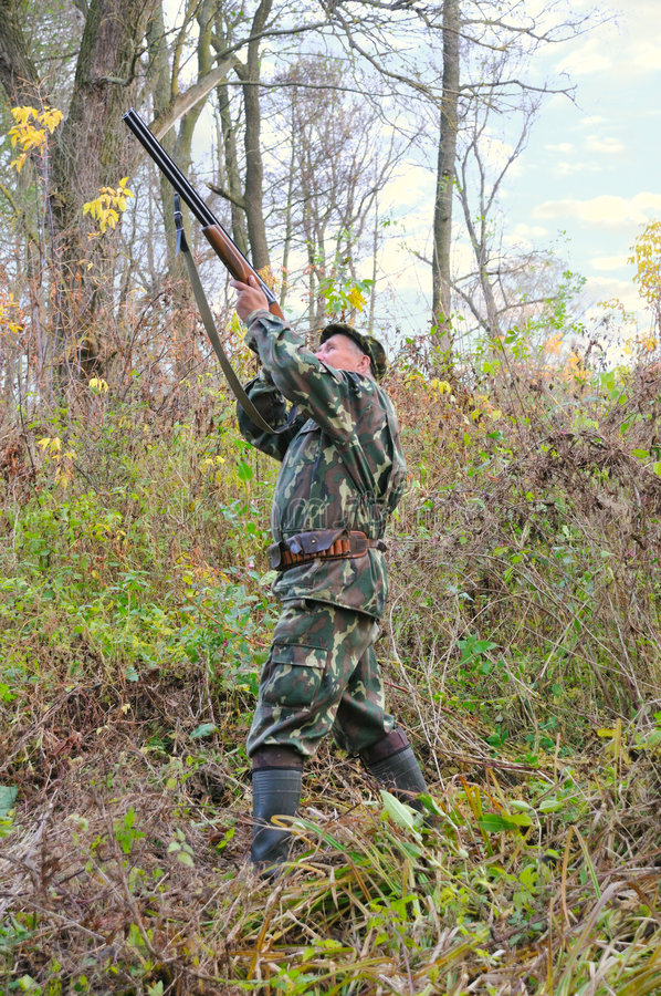 Il cacciatore ottiene pronto per il colpo immagine stock libera da diritti