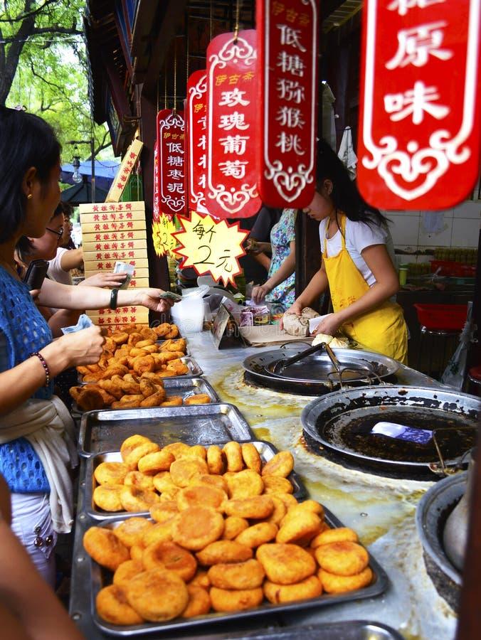Il cachi d'acquisto della gente agglutina al ` della Cina Xi una via musulmana dell'alimento fotografia stock libera da diritti