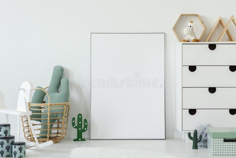 Il cactus ha modellato il cuscino disposto in canestro di vimini che sta accanto al Mo fotografia stock libera da diritti