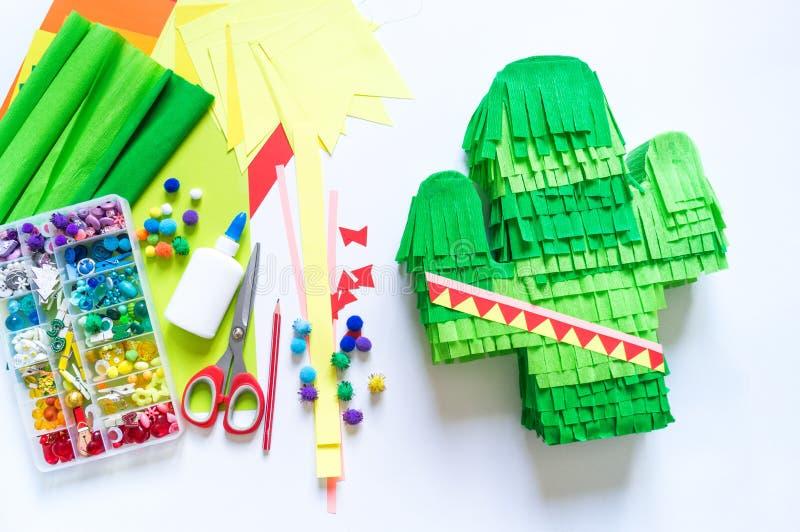 Il cactus messicano di Pinata del de Mayo di cinco di Diy ha fatto il cartone e la carta crespa le vostre proprie mani su un fond