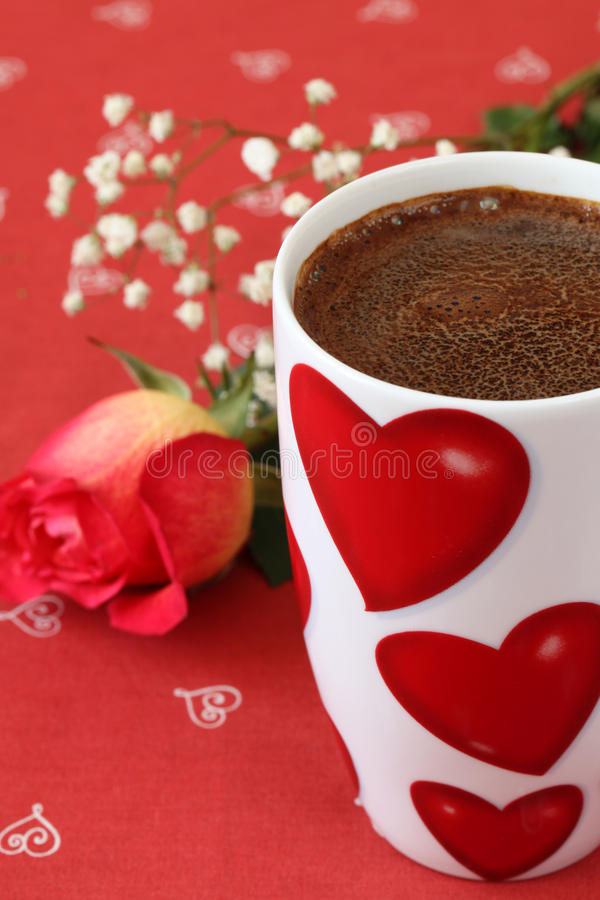 Il caffè con i cuori ed è aumentato fotografie stock libere da diritti