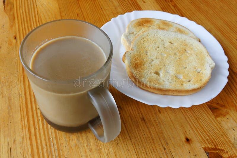 Il caffè con latte & due hanno tostato le fette fotografia stock libera da diritti