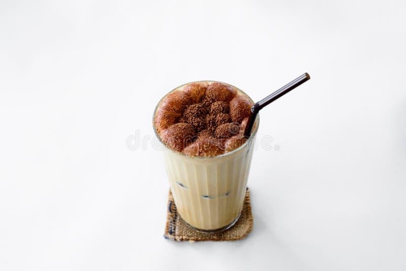 Il caffè del cappuccino con cioccolato su fondo bianco fotografie stock libere da diritti