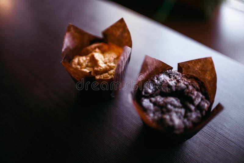 Il caffè espresso classico di stile ha sparato con il muffin ed il caffè del chip immagine stock