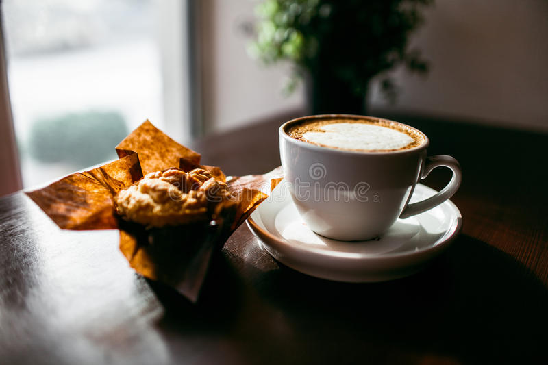 Il caffè espresso classico di stile ha sparato con il muffin ed il caffè del chip immagine stock libera da diritti