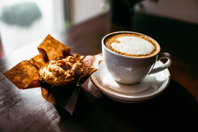 Il caffè espresso classico di stile ha sparato con il muffin ed il caffè del chip immagini stock