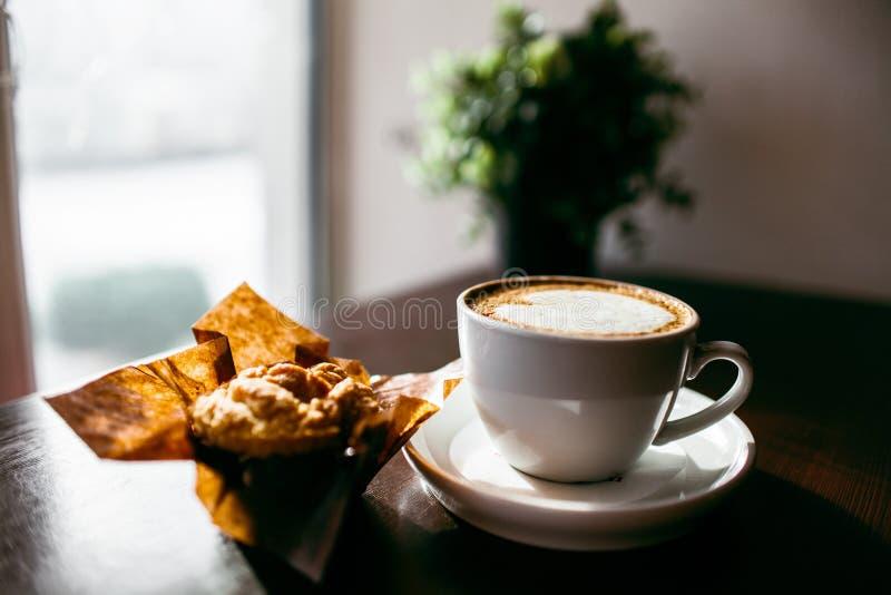 Il caffè espresso classico di stile ha sparato con il muffin ed il caffè del chip fotografie stock