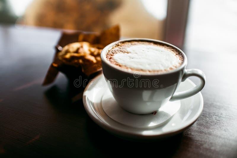 Il caffè espresso classico di stile ha sparato con il muffin ed il caffè del chip immagini stock libere da diritti