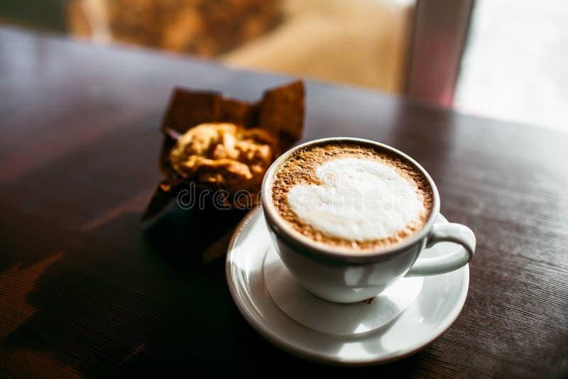 Il caffè espresso classico di stile ha sparato con il muffin ed il caffè del chip fotografie stock libere da diritti