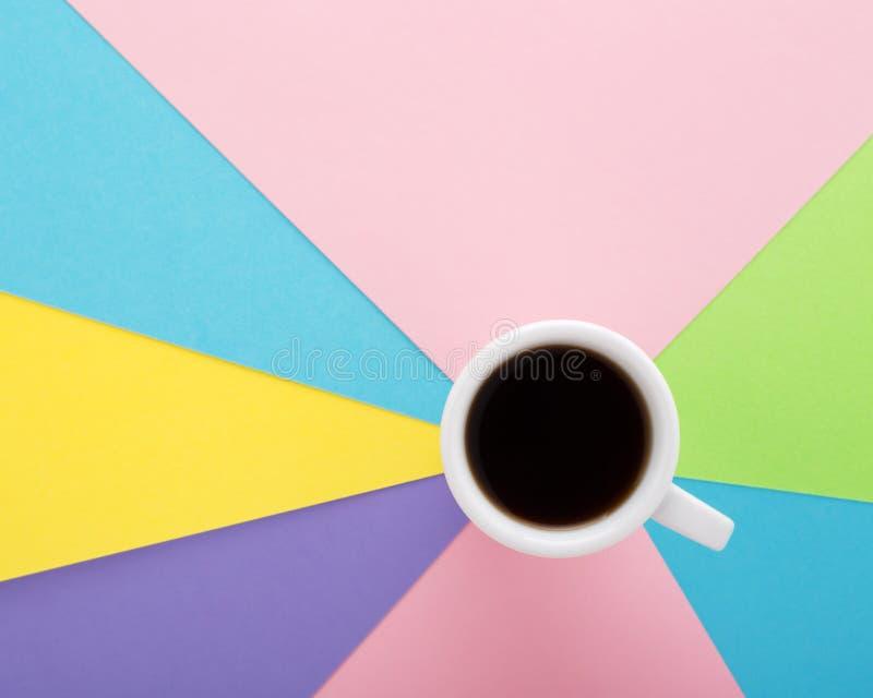 Il caffè espresso del caffè in cappuccio bianco su pastello ha colorato il backgrou creativo fotografia stock libera da diritti