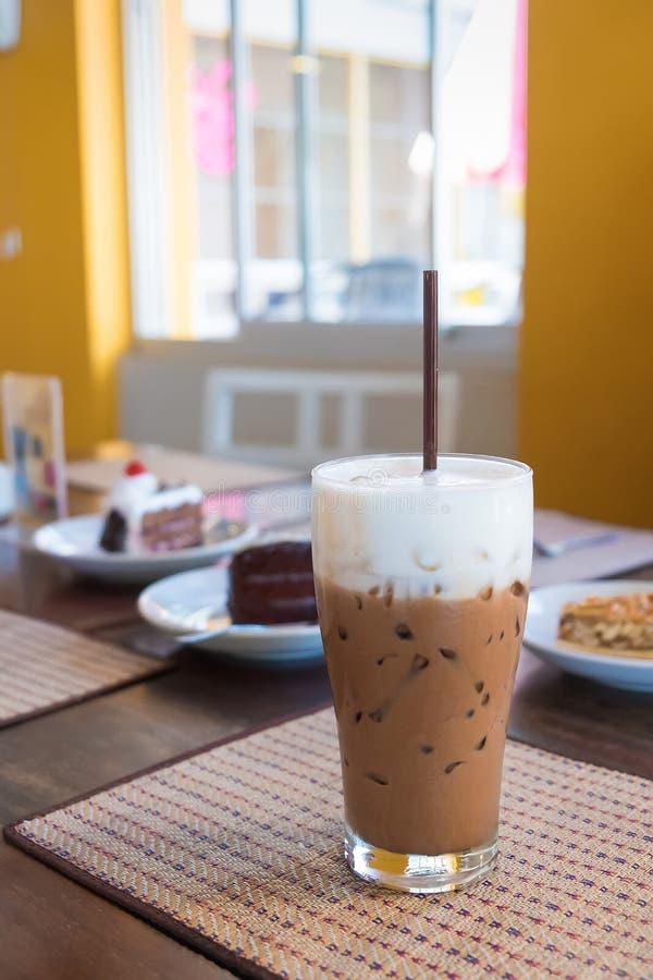 Il caffè ghiacciato della moca con latte è sulla stuoia fotografia stock libera da diritti