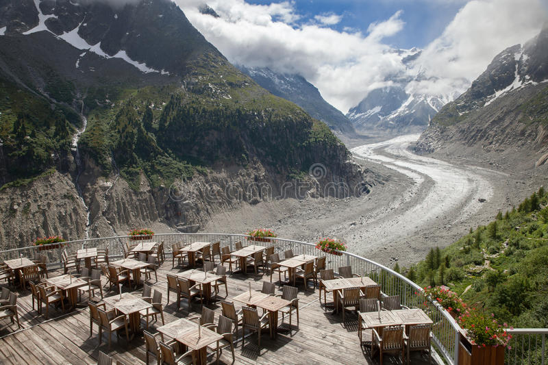 Il caffè sopra il ghiacciaio in alpi francesi immagine stock libera da diritti