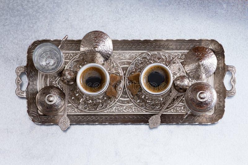 Il caffè turco per due è servito su un vassoio del metallo immagini stock libere da diritti