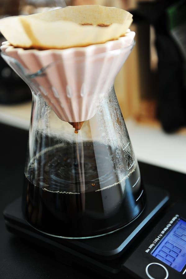 Il caff? nero del filtrante alternativo versa sopra fare con il dispositivo di gocciolamento rosa di origami Concetto di speciali immagine stock libera da diritti