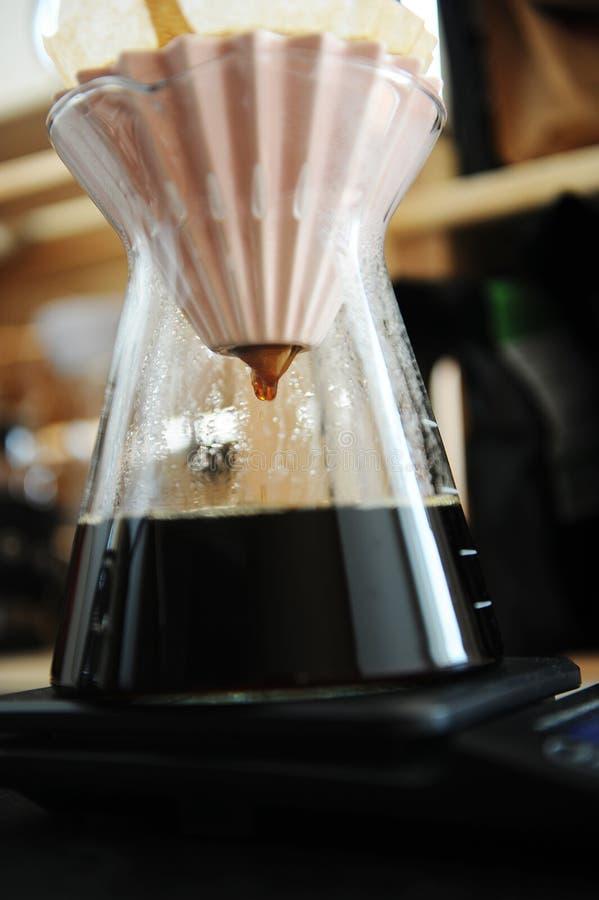 Il caff? nero del filtrante alternativo versa sopra fare con il dispositivo di gocciolamento rosa di origami Concetto di speciali fotografie stock libere da diritti