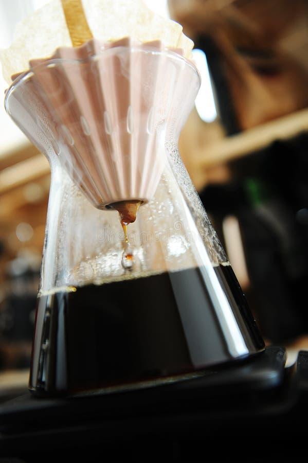 Il caff? nero del filtrante alternativo versa sopra fare con il dispositivo di gocciolamento rosa di origami Concetto di speciali fotografia stock