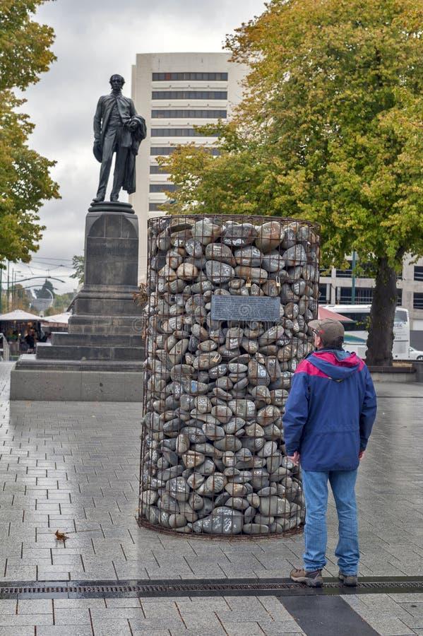 Il cairn di pietra disposto al quadrato della cattedrale per protestare contro il licenziamento dei consiglieri tecnici di Canter immagini stock libere da diritti