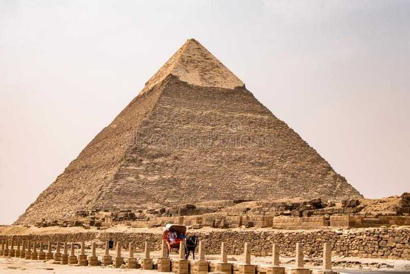 IL CAIRO, EGITTO 25 05 2018 le grandi piramidi del deserto di Giza vicino ad Il Cairo nell'eredità culturale dell'Unesco dell'Egi fotografia stock libera da diritti