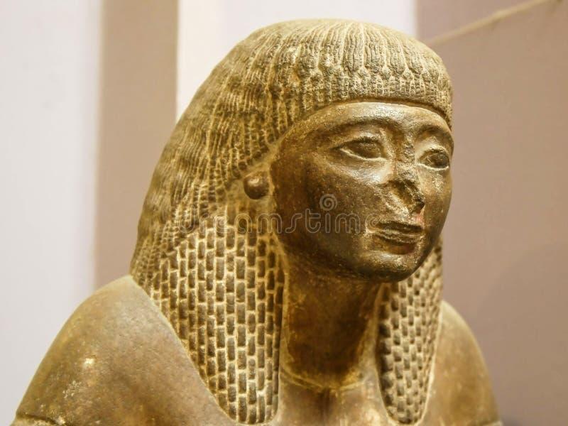 IL CAIRO, EGITTO 26 SETTEMBRE, 2016: vicino su della testa di una statua di una donna egiziana antica a Cairo immagine stock libera da diritti
