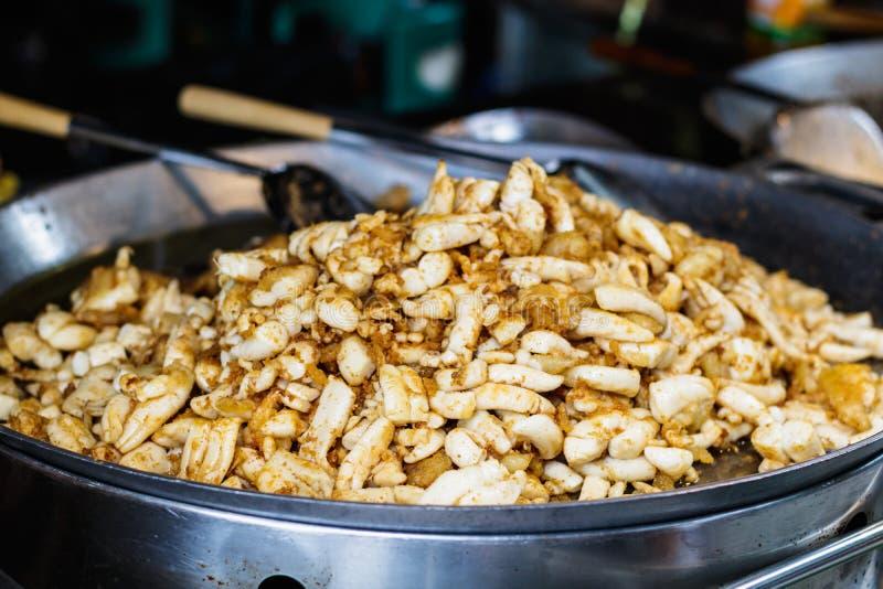 Il calamaro fritto eggs la cottura in una pentola grande con la siviera alimento dello steet fotografia stock libera da diritti