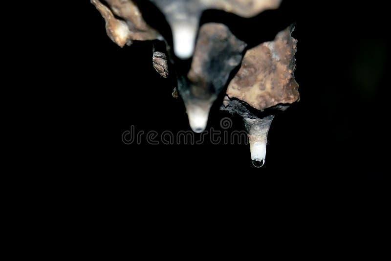 Il calcare dissolto gocciolando l'acqua ha formato entrambe le stalagmite e stalattiti e la bellezza della caverna è notevole in  fotografia stock