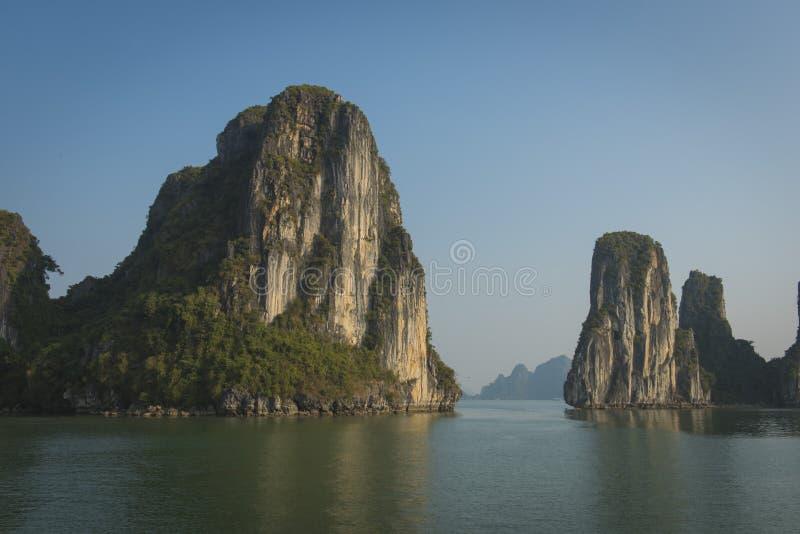 Il calcare oscilla, alla baia magica di Halong, nel sito del patrimonio mondiale dell'Unesco del Vietnam immagini stock libere da diritti