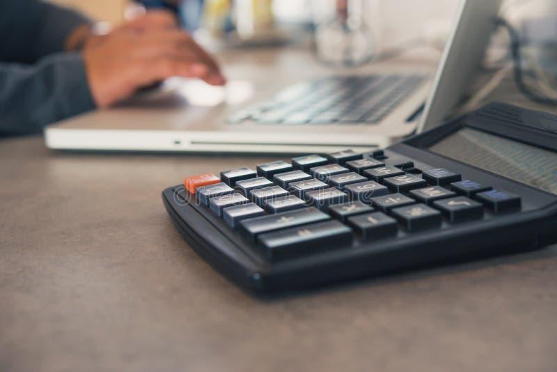 Il calcolatore è disposto su una tavola dell'ufficio con un computer portatile e un Th fotografie stock