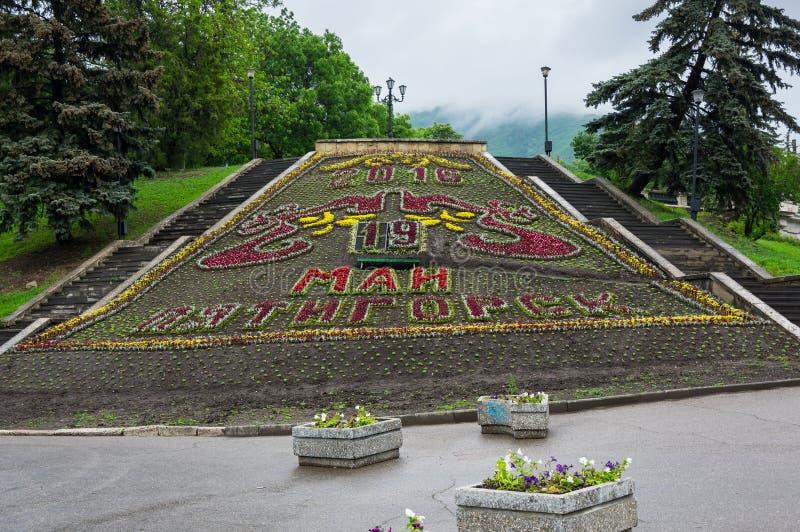 Il calendario del fiore nel parco della città in Pjatigorsk fotografie stock