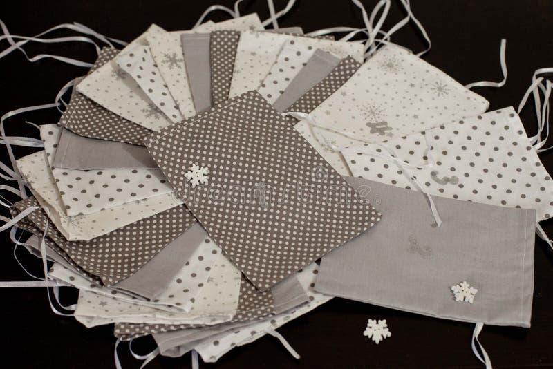Il calendario fatto a mano di arrivo di Natale per i bambini, arrivo verde ha numerato i sacchi pronti ad essere riempitoe con i  immagine stock