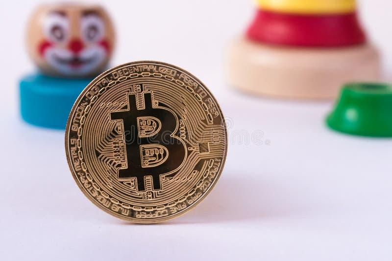 Il calo nel tasso del bitcoin La valuta cripto non ha peso in b immagine stock libera da diritti