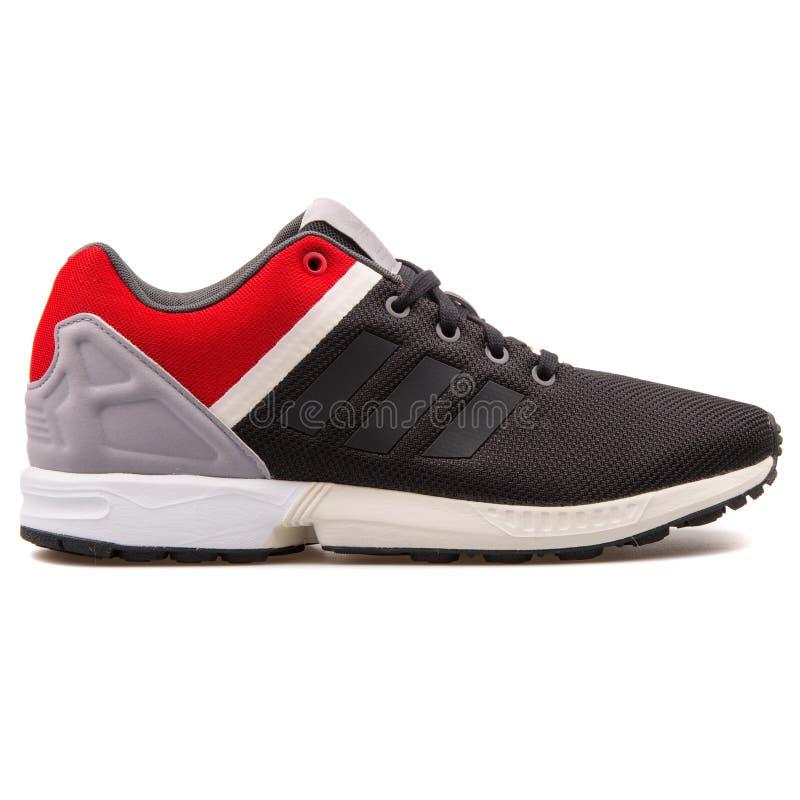 Il cambiamento continuo di Adidas ZX ha spaccato la scarpa da tennis nera, rossa, grigia e bianca immagine stock libera da diritti