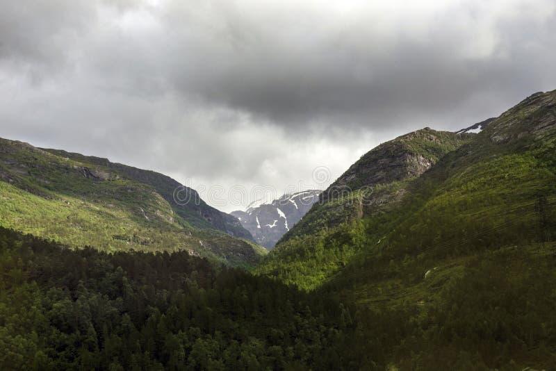 Il cambiamento di tempo nelle montagne norvegesi fotografia stock