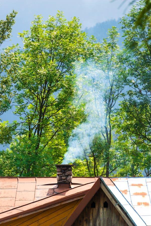 Il camino, da cui viene il fumo nel centro del fra fotografie stock