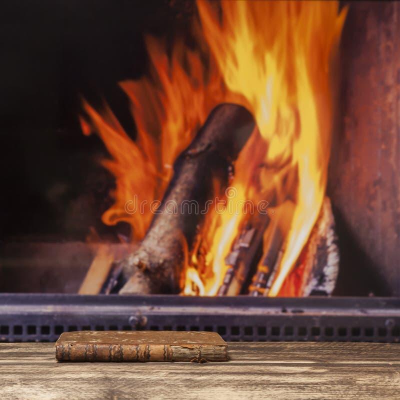 Il camino del libro si rilassa il pavimento di legno scuro rustico di autunno di caduta dell'inverno immagine stock