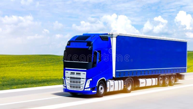 Il camion blu sulla strada immagine stock libera da diritti
