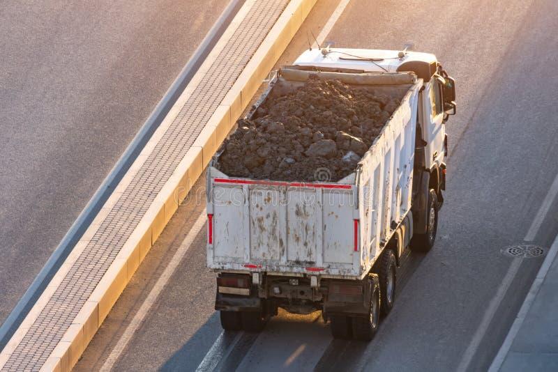 Il camion caricato con suolo nella parte posteriore è dal lato della strada principale fotografie stock