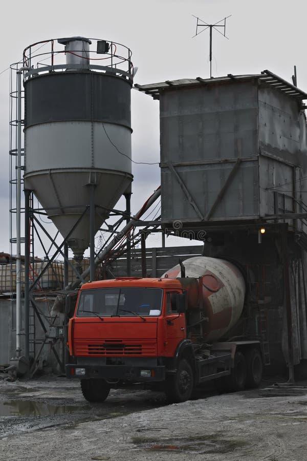 Download Il camion della betoniera immagine stock. Immagine di costruttore - 117977065