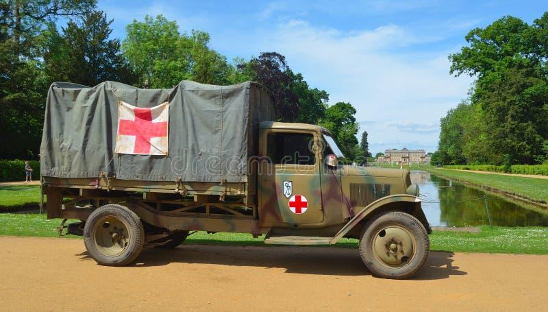 Il camion della seconda guerra mondiale dell'annata con i segni della croce rossa ha parcheggiato con strappa la Camera del parco immagine stock libera da diritti