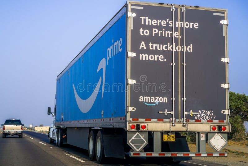 Il camion di Amazon ha marcato a caldo con il logo di perfezione del ` s della società fotografia stock libera da diritti